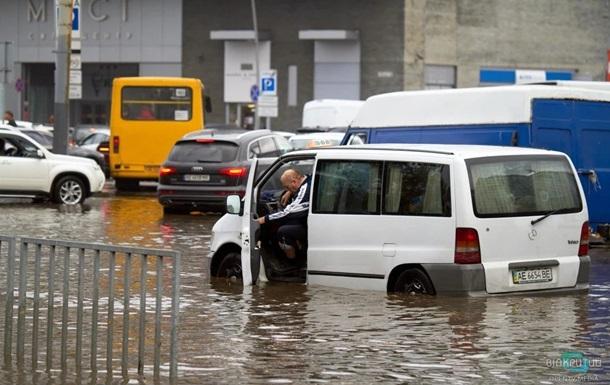 В Днепре ливень затопил улицы и авто