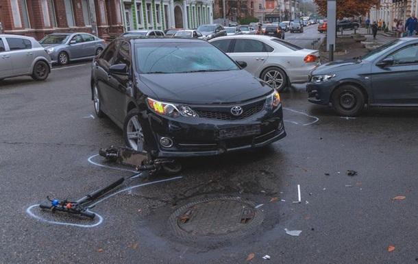 У Дніпрі чоловік на електросамокаті зіткнувся з двома авто