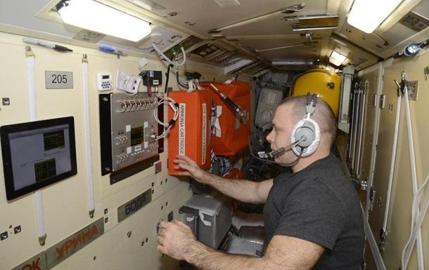 Скотч не помог устранить утечку воздуха на МКС