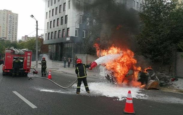 В Киеве опрокинулся и загорелся автомобиль