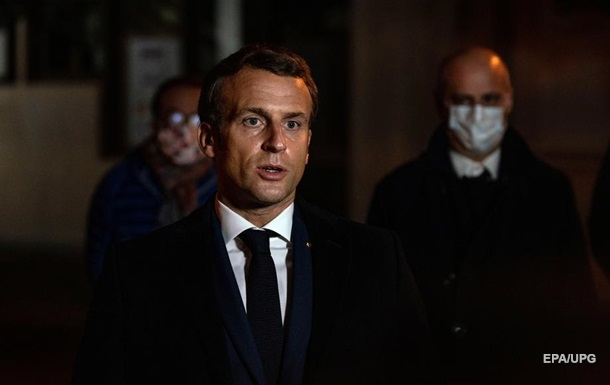 Макрона назвал терактом нападение на учителя в пригороде Парижа