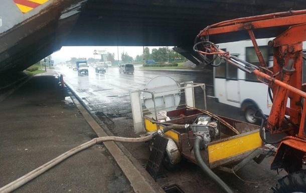 Сотни сотрудников Киевавтодора ликвидируют последствия потопа в столице