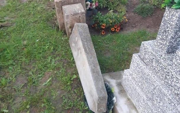 На Закарпатті підлітки влаштували погром на кладовищі