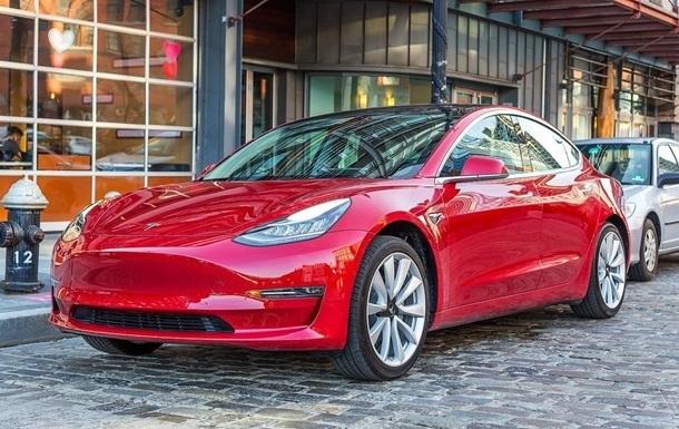 В Tesla лопнуло боковое стекло прямо в гараже