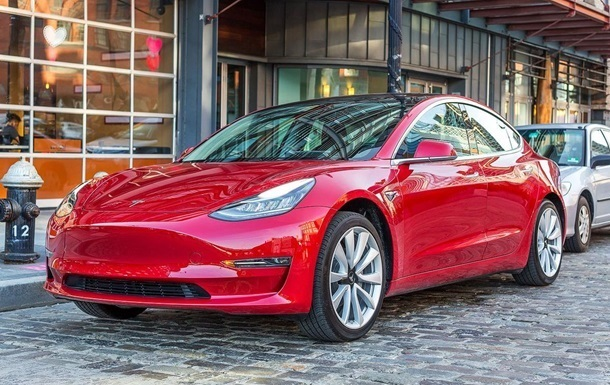 У Tesla лопнуло бокове скло прямо в гаражі