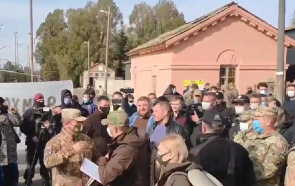 Слуг народа  на Донбассе встретил Нацкорпус