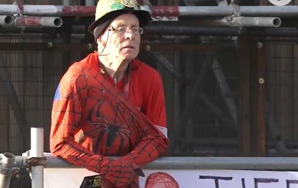 На Биг-Бен влез протестующий Человек-паук