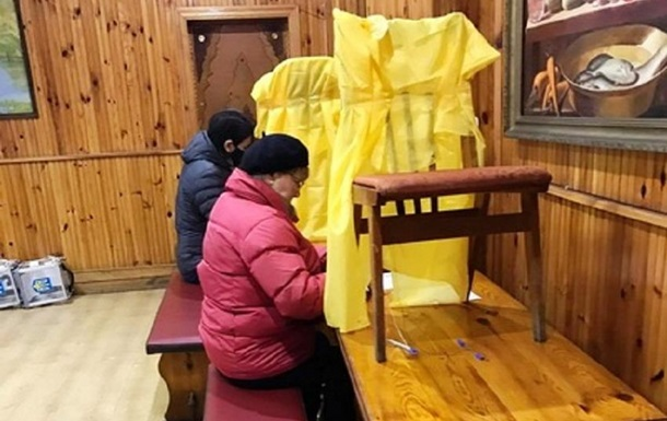 На подоконниках и скамейках: украинцы заполняют бюллетени с нарушением тайны голосования: фото