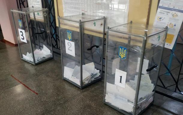 На Херсонщине кандидат пришла голосовать с символикой своей партии