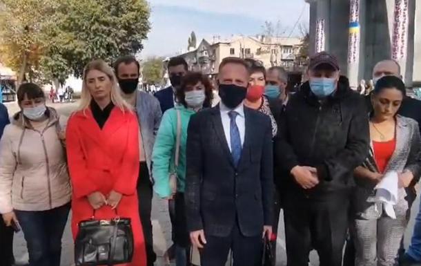 На Донбасі зібрався мітинг через плутанину в бюлетенях