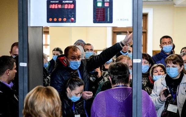 В Запорожье в очереди в горизбирком стоят сотни членов УИК