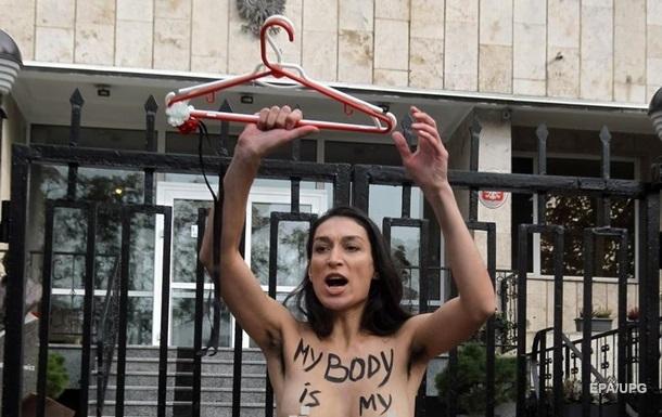 В Киеве Femen разделась под посольством Польши