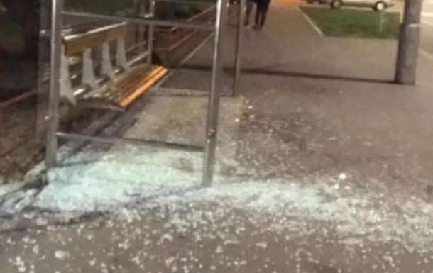 В Киеве велосипедист разбил стеклянную остановку