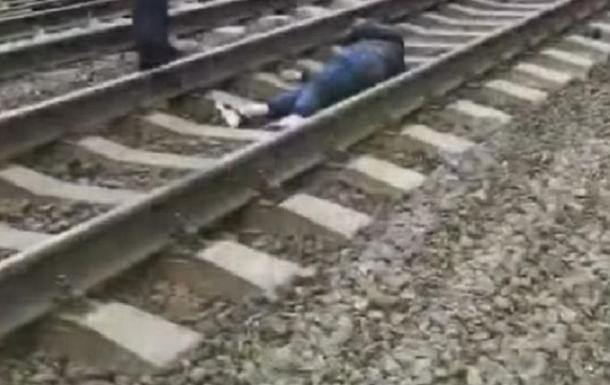 В Киеве поезд сбил девушку. 18+