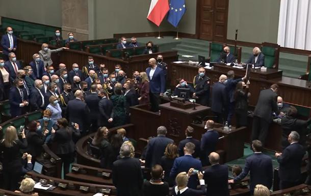 В Польше женщины-депутаты блокировали работу Сейма