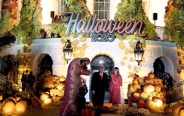 Трамп с женой пышно отметили Хеллоуин в Белом доме