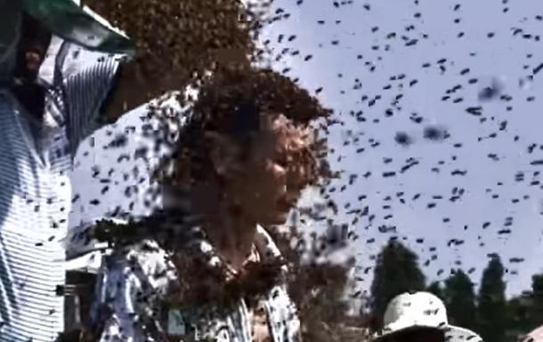 Рекорд Гіннеса: китайця обліпили кілограми бджіл
