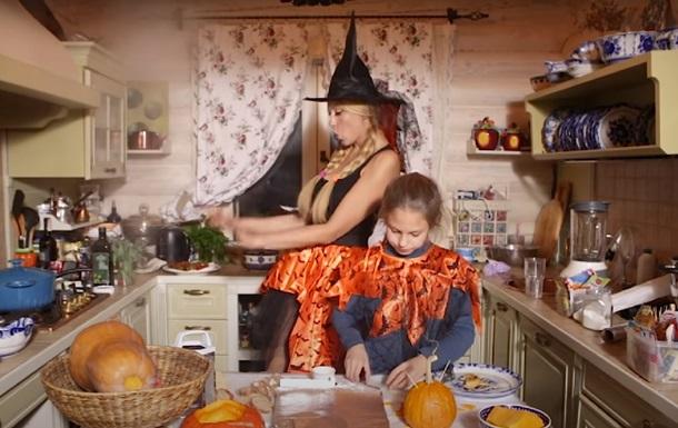 Оля Полякова поделилась к Хеллоуину рецептом приворотного супа