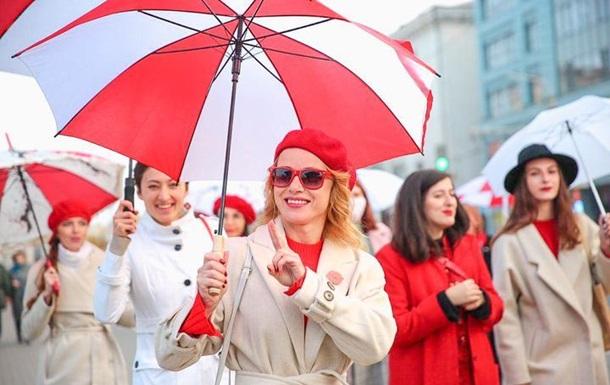 В Минске девушки устроили зонтичную акцию