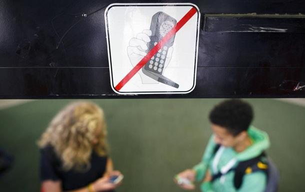 Гаджети й діти: чи варто забороняти смартфони в школах?