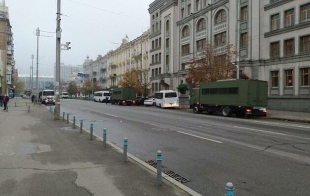 В Киеве под здание КСУ стягивают силовиков
