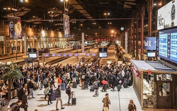 У Франції тисячі парижан тікають з міста
