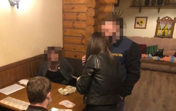 Двох чиновників спіймали на хабарі в $90 тисяч