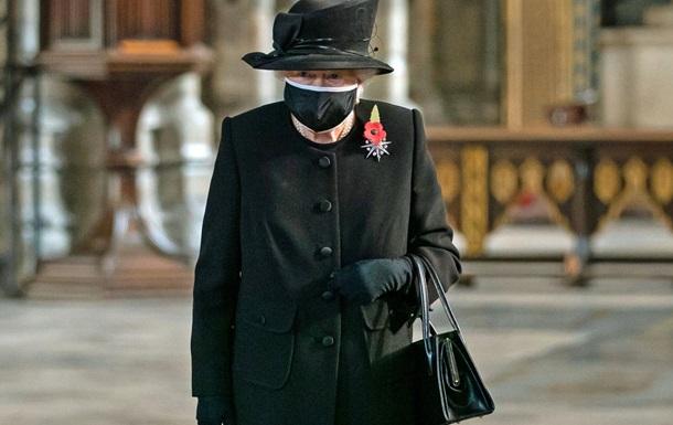 Елизавета II впервые появилась на публике в маске