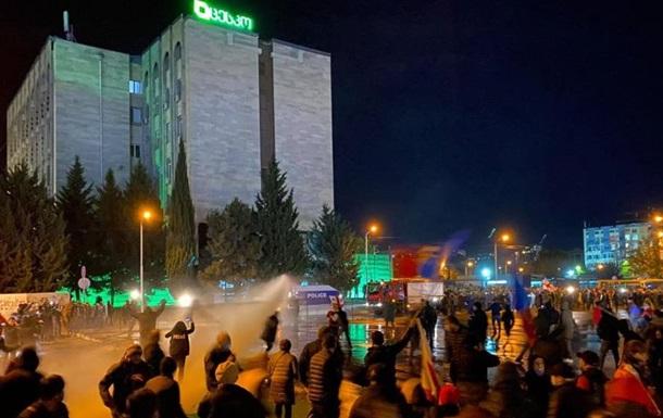 У Тбілісі протестувальників розганяли водометами