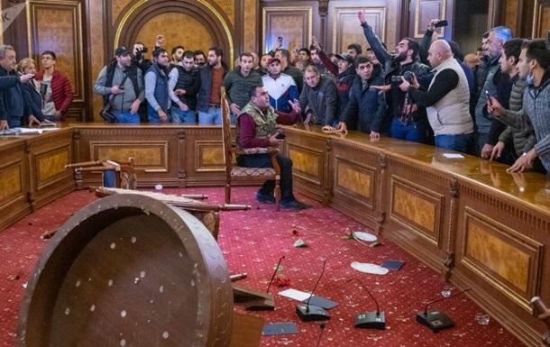 В Армении протестующие захватили трибуну парламента