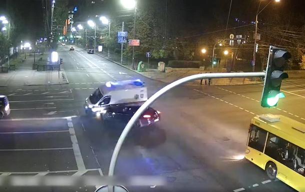 Опубликовано видео момента ДТП 'скорой' в Киеве