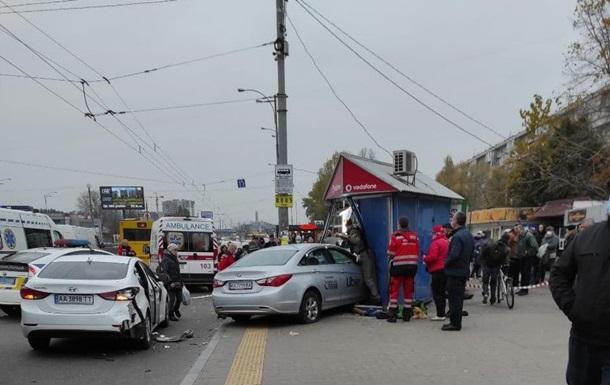 В Киеве авто вылетело на тротуар, есть жертвы. 18+