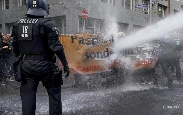 В Германии противников карантина разогнали водометом