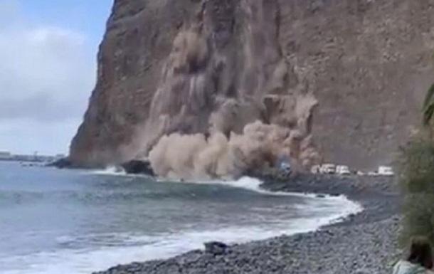Обрушение скалы в океан на Канарах попало на видео