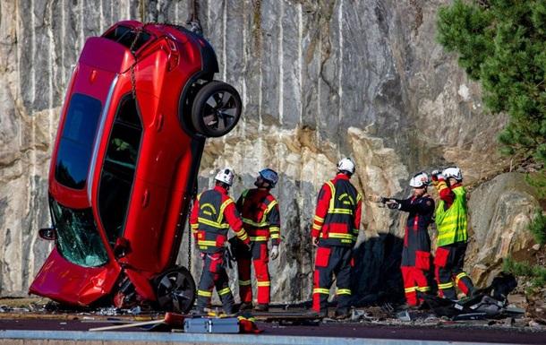 У Volvo скинули автомобілі з 30-метрової висоти