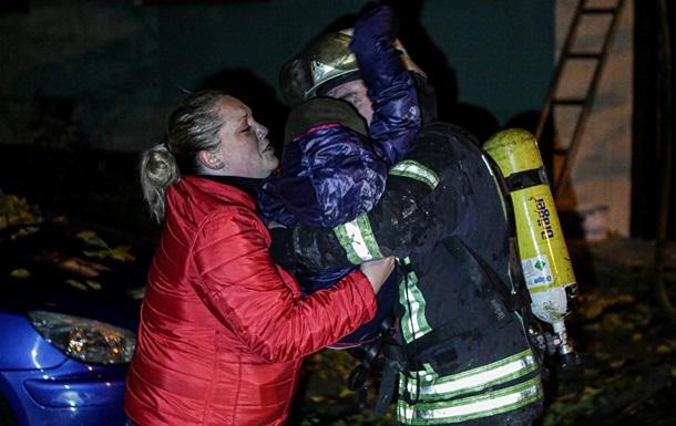 У Києві вночі горіла багатоповерхівка, пожежники врятували трьох дітей