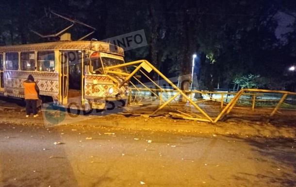 В Одессе трамвай сошел с рельсов и снес ограду
