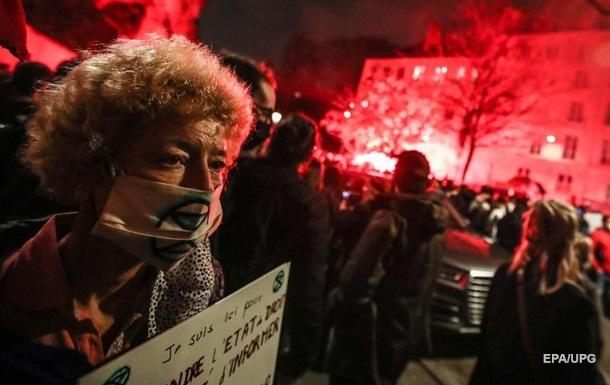 В Париже протестующих разогнали водометами