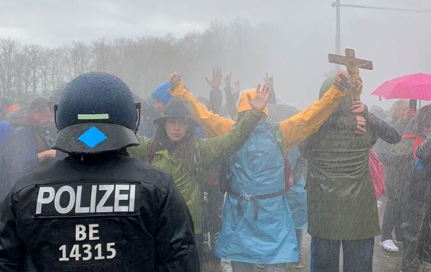 В Берлине против протестующих применили водометы