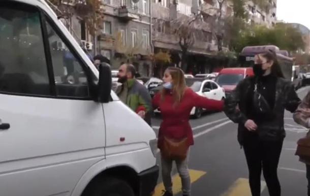 В Єревані автомобіль розірвав ланцюг протестувальників