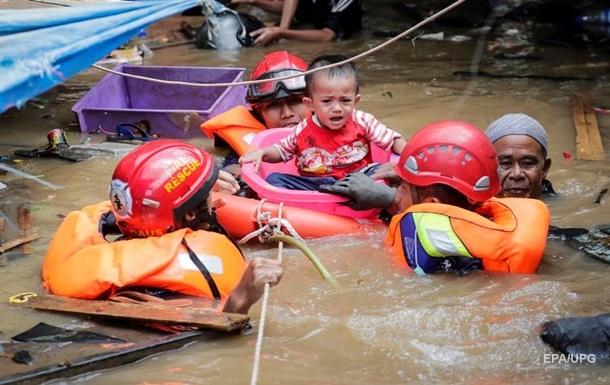 В Индонезии тысячи людей остались без жилья из-за паводков