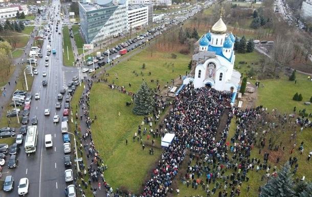 В Минске тысячи людей прощаются с Бондаренко