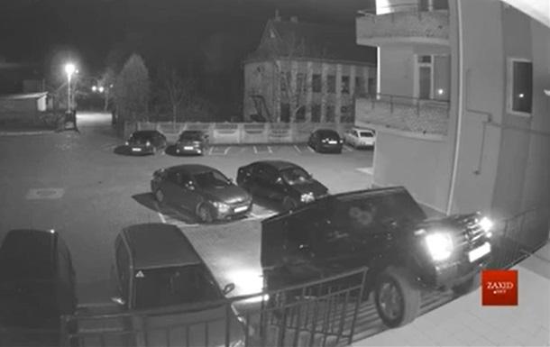 Два депутата пытались заехать на авто по ступенькам во двор многоэтажки