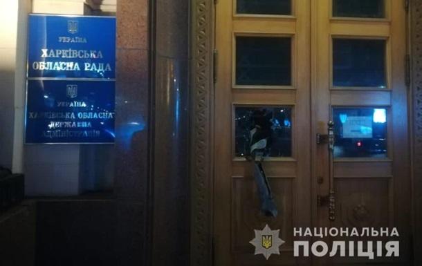 В Харькове парень разбил двери ОГА, чтобы привлечь внимание