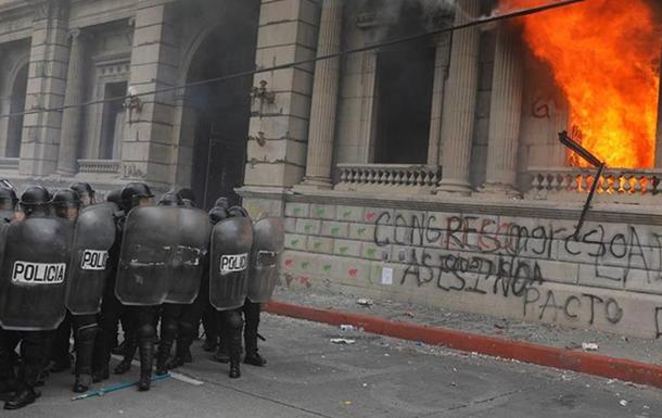 В Гватемале участники антиправительственной акции подожгли парламент