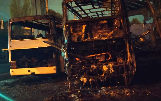 В Одессе на стоянке сгорели автобусы и эвакуатор