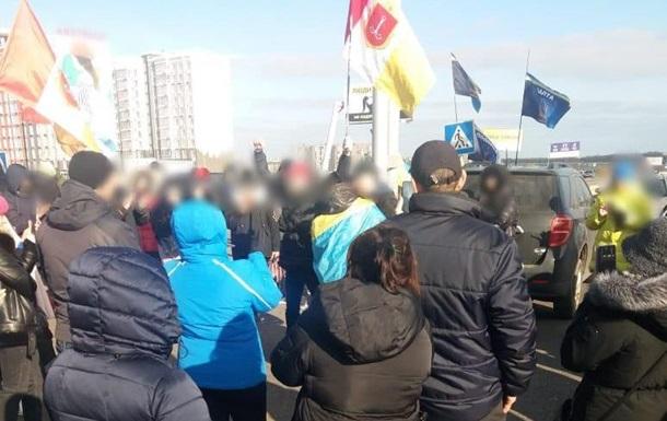 В Одессе протестующие против карантина выходного дня перекрыли дорогу