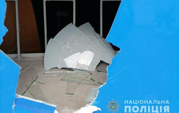 В Мариуполе разбили окна и разрисовали стены офисов партий