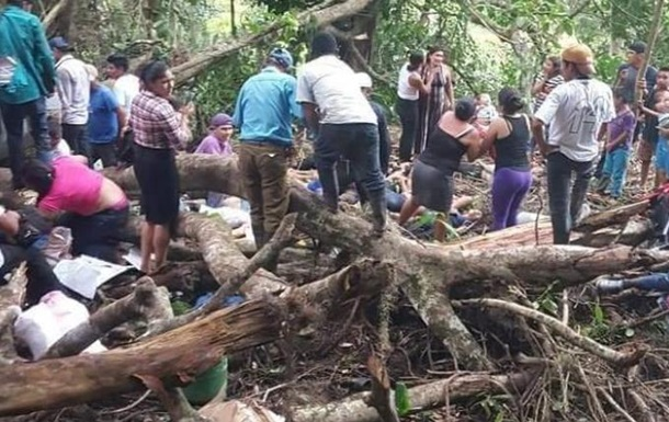 В Никарагуа грузовик перевернулся в овраг: 17 жертв