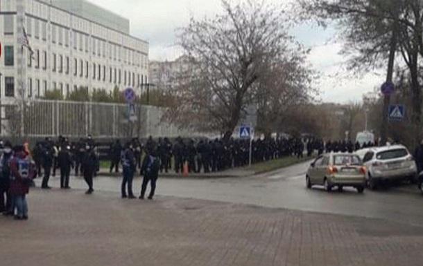 Силовики оточили посольство США в Києві